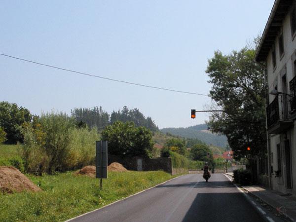 Stoplicht, rechts huizen, links groen