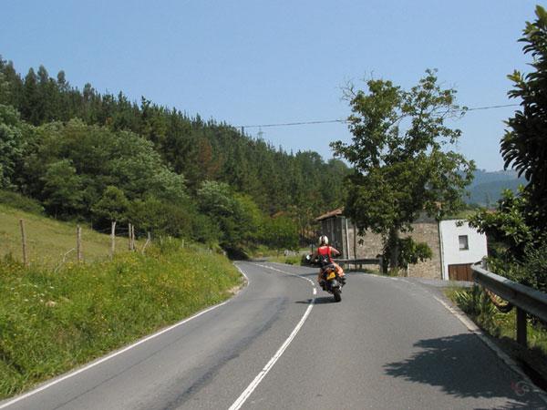 Motorrijden, rechts huizen, links groen