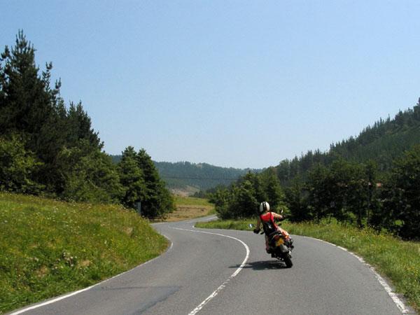 Motor in groen landschap, bochten
