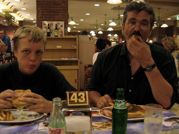Pieter en Ernst aan de hamburgueresa