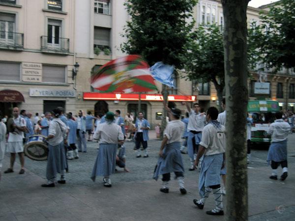 Mensen in klederdracht met trommels en vlaggen