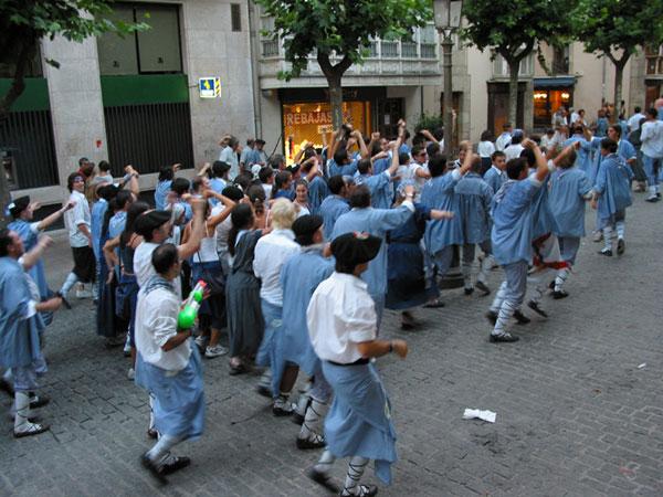 Mensen in klederdracht met handen in de lucht