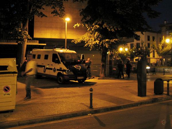 Politiebusje bij de motoren