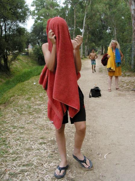 Pieter met handdoek over z'n hoofd