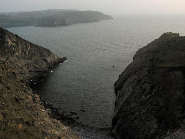 Baai tussen rotsen