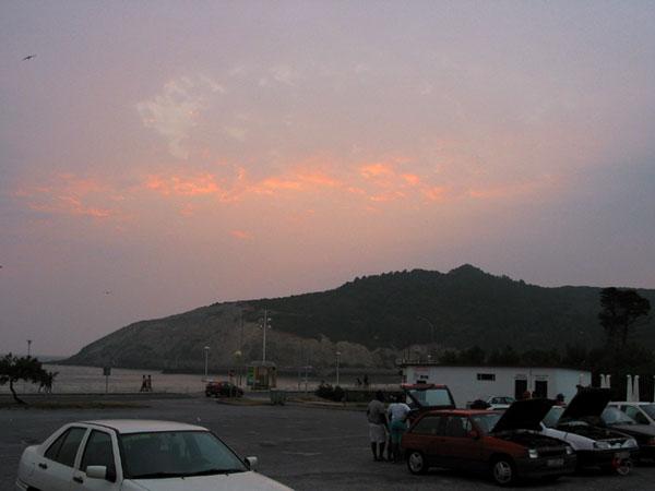 De baai in avondlicht, parkeerplaats