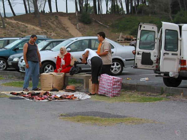 Verkoop van slippers op de parkeerplaats