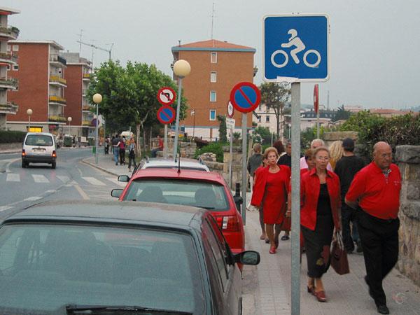 Mensen op hun paasbest, in het rood