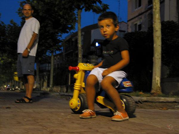 Klein jongetje op speelgoedmotortje