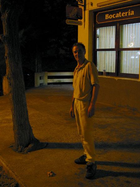 Man buiten in het donker