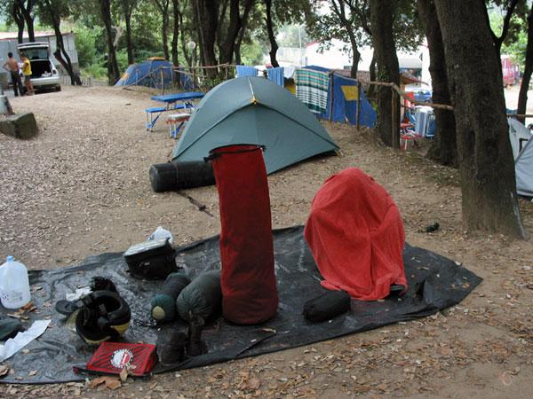 De tenten en de slaapzakken ingepakt, bagagerol staat klaar voor de rest