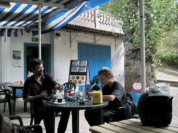 Pieter en Ernst aan de koffie op het terras van de bar op de camping