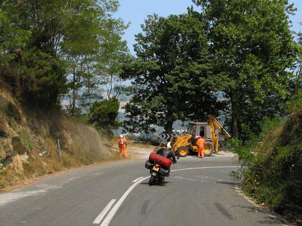 De bocht door langs de wegwerkzaamheden