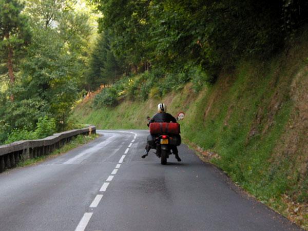 Motorrijden met de benen bungelend