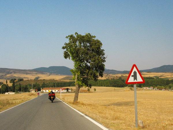 Gouden land met boom, motorrijder en witte boererij