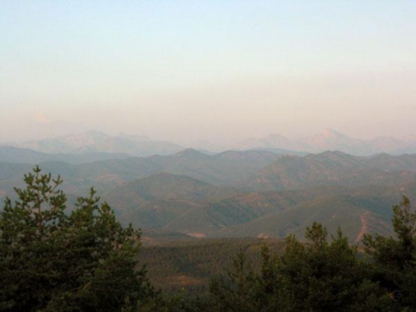 Eindeloze bergen in de avondzon