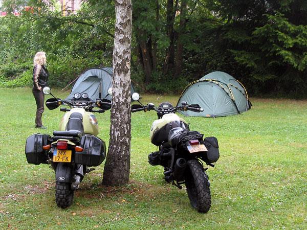 Twee motoren en twee tenten