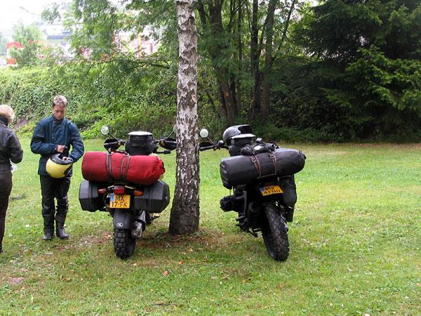 Twee motoren met gevulde ortliebs, geen tentjes meer op het gras