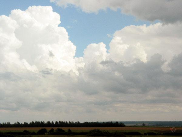 Een stukje blauwe lucht tussen witte wolken