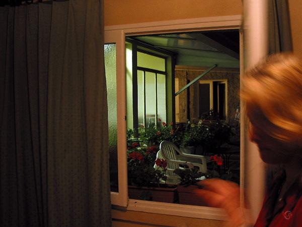 Sylvia kijkt naar de geraniums op de binnenplaats