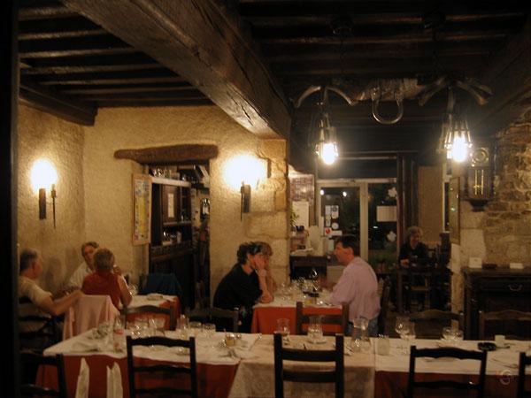 Mensen aan het eten in aangename sfeer