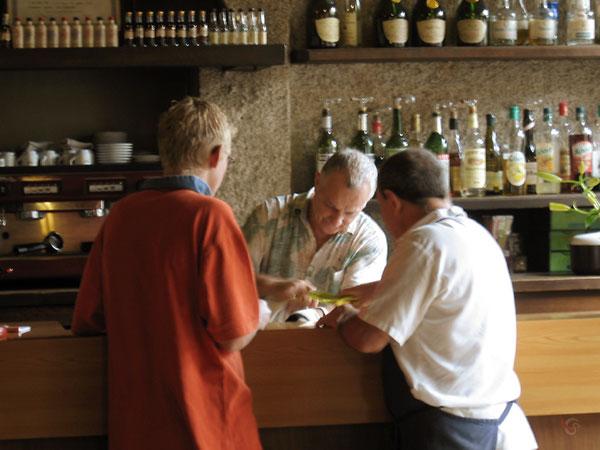 Barman behandelt sok met witte wijn terwijl Engels jongetje toekijkt