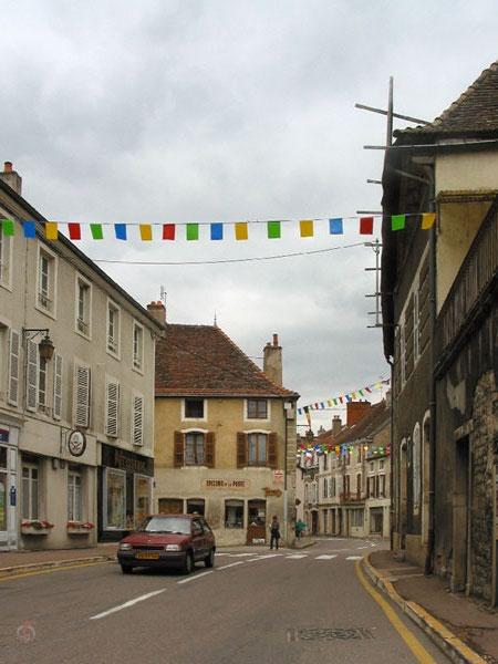 Straat in stadje in Bourgogne met oude huizen