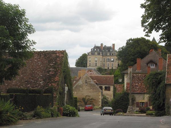 Kasteel boven dorp met oude huizen met oude pannendaken