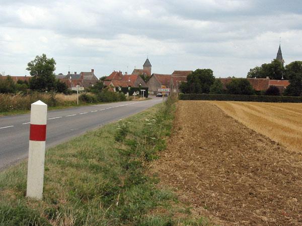 Rechte weg met dorpje met kerktorens in de verte
