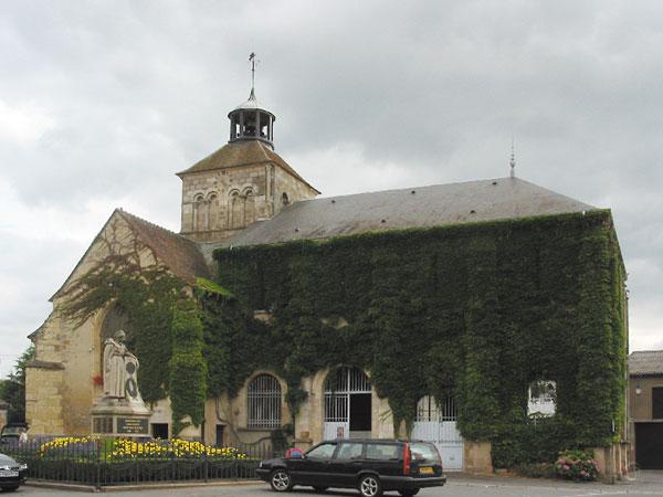 Kerk begroeid met klimop