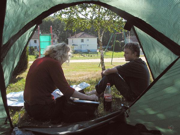 Sylvia en Pieter met cola en kaart
