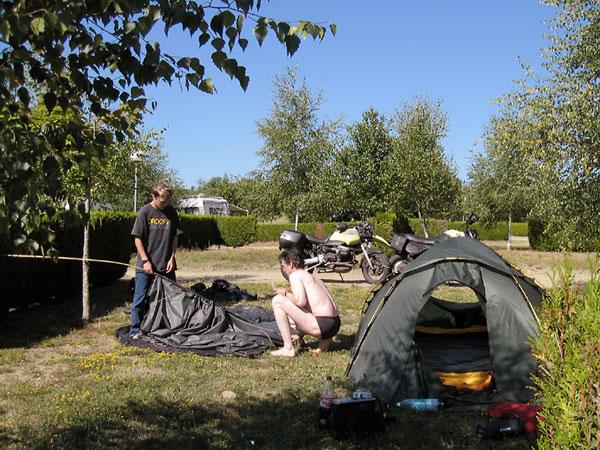 Ernst laat Pieter zien hoe hij de tent moet afbreken