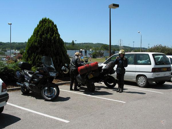 Pieter en Sylvia bij de geparkeerde motoren