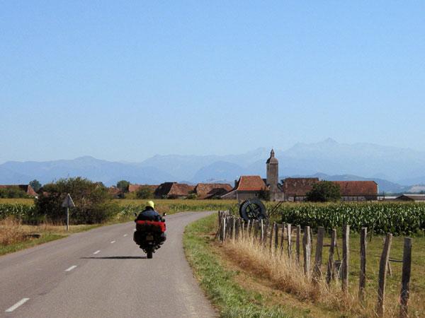 Dorpje met de Pyreneeën op de achtergrond