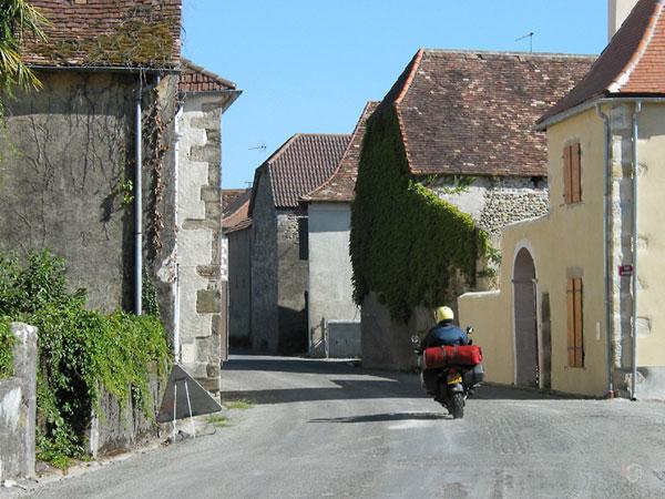 Rijden tussen Baskische huizen