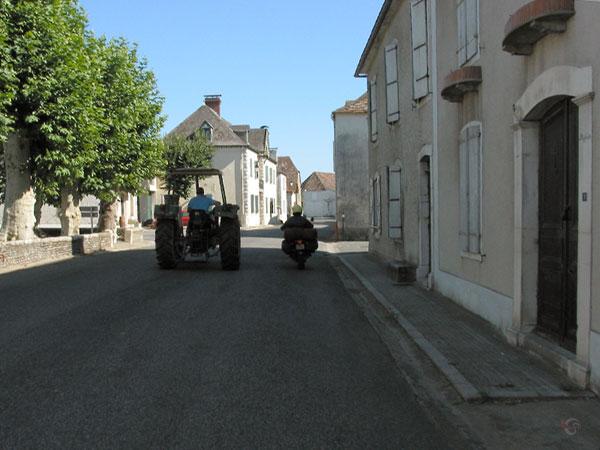 Trekker naast motor, in dorpje