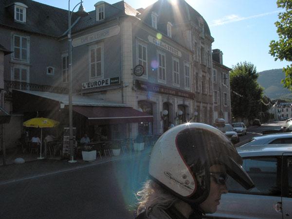 Sylvia met helm op voor hotel met terras