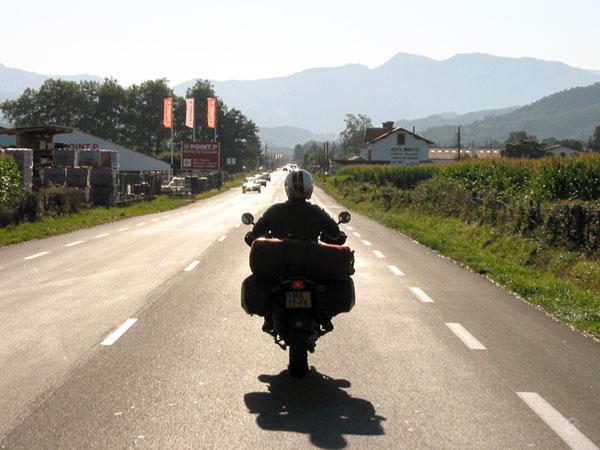 Rechte weg met de toppen van de Pyreneeën in de verte