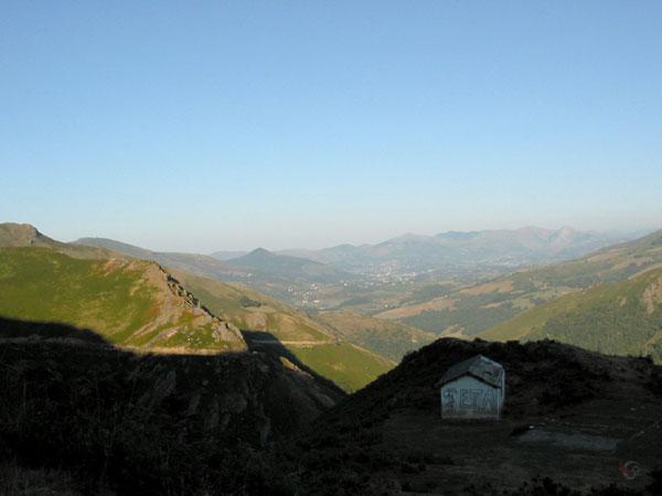 Weggetje kronkelt langs de bergen; gebouwtje met ETA