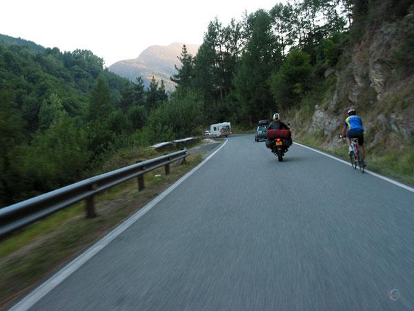 Caravan, auto, racefiets en motorrijder