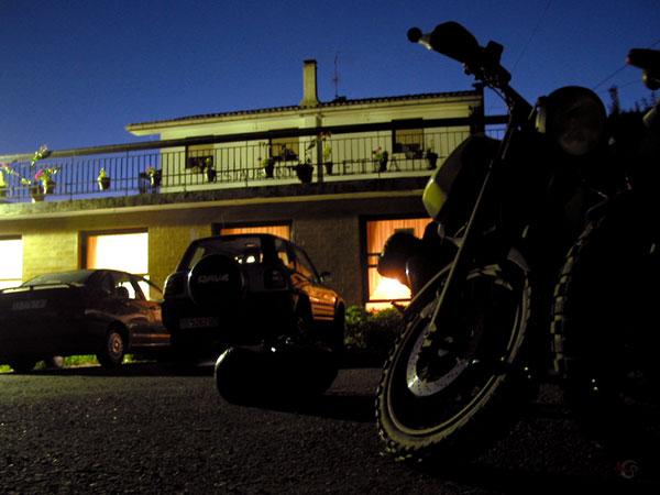 De motor in het donker voor het hotel