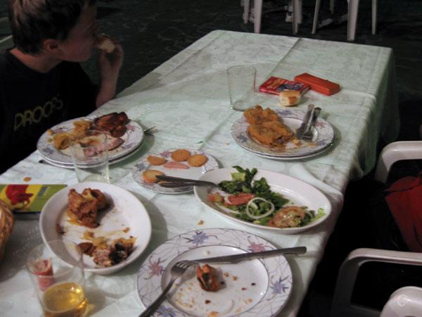 Grote tafel, borden, eten, drinken