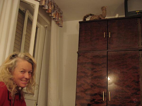 Sylvia in hotelkamer met vreemde kast