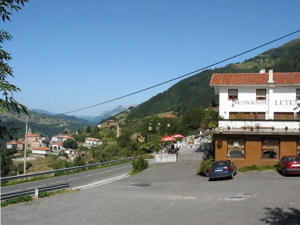 Hotel restaurant met terras, vanaf de zijkant bekeken