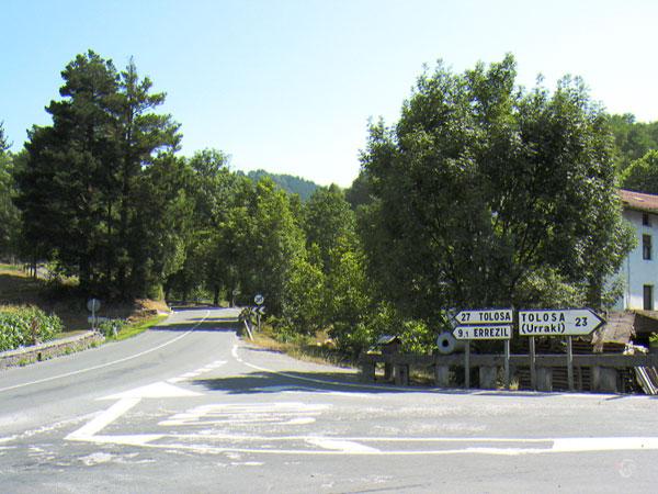 Twee wegwijzers naar Tolosa, een verschillende kant uit