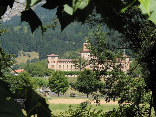 Paleisachtig gebouw tussen de bomen