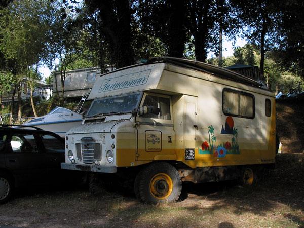 Oude, beschilderde kampeerwagen