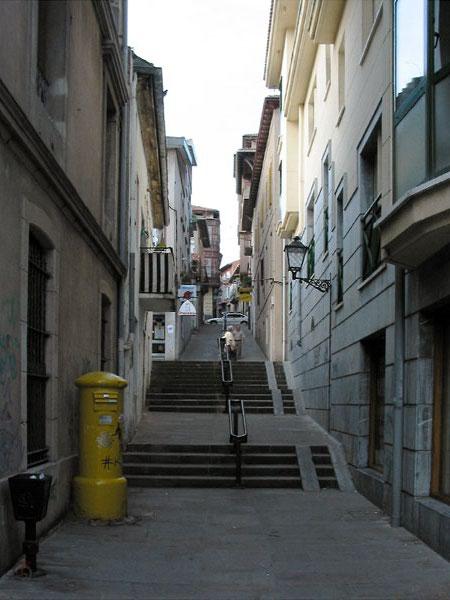 Steil straatje met trappen