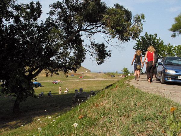 Sylvia en Karin lopen naar een groot grasveldachtig iets