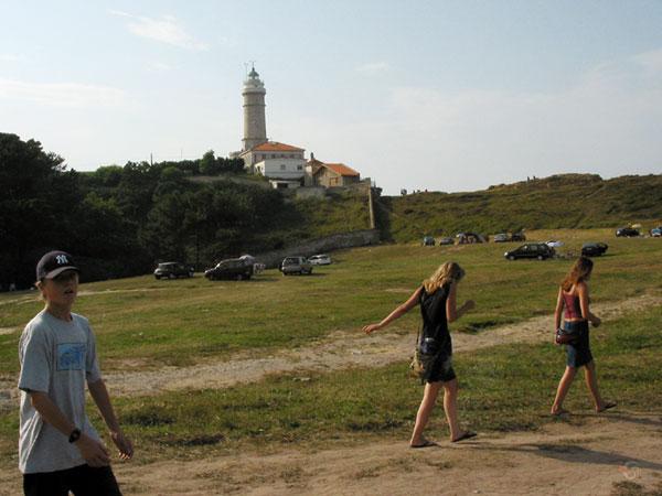 Pieter, Karin en Ilse, met een vuurtoren op de achtergrond